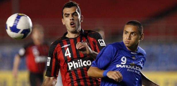 O zagueiro Rhodolfo, do Atlético-PR, disputa a bola com Wellington Paulista do Cruzeiro