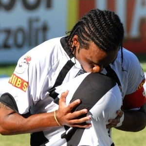 Carlos Alberto, meia-atacante do Vasco, beija a bola após marcar gol