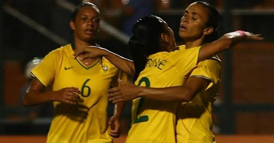 Brasileiras comemoram o primeiro gol de Marta na vitória por 3 a 0 contra a China