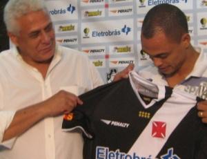 Roberto Dinamte entrega a camisa a Dodô