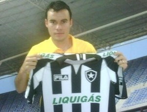 Meia Renato Cajá, que defendeu o Grêmio no Brasileiro, já tira foto com a camisa do Botafogo