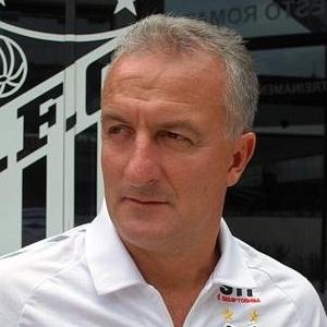 Dorival Júnior com uniforme do Santos; técnico acha bom dispensar jogadores e fala em renovação