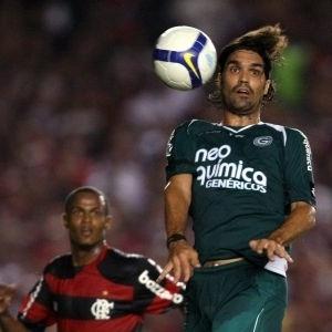Fernandão do Goiás cabeceia a bola durante partida contra o Flamengo