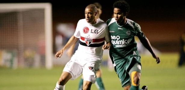 Fernando, volante do Goiás, marca Jorge Wagner do São Paulo
