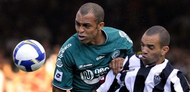 Leandro Euzébio, zagueiro do Goiás, disputa bola com Diego Tardelli