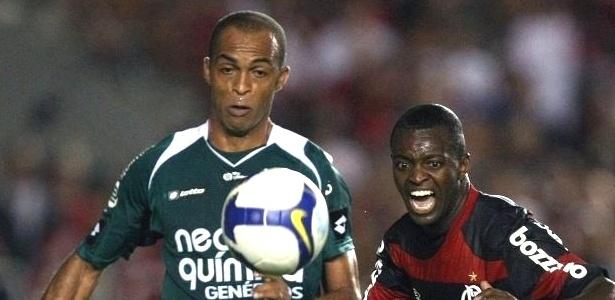 Leandro Euzébio, zagueiro do Goiás, disputa jogada com Zé Roberto do Flamengo