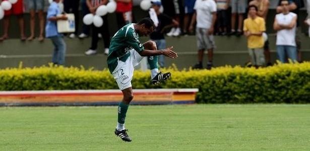O lateral-direito Vítor comemora gol marcado sobre o São Paulo