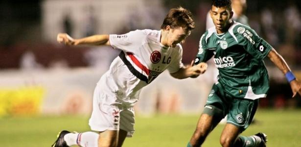 O volante Amaral do Goiás disputa bola com Dagoberto do São Paulo
