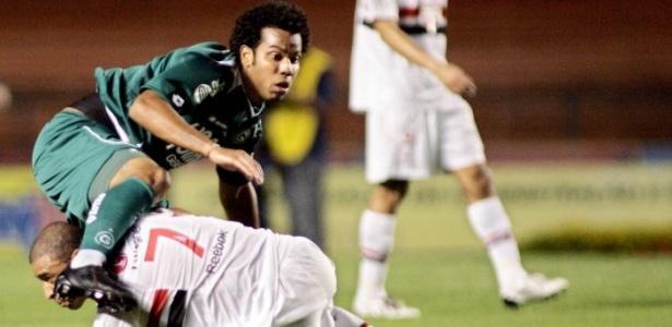 O volante Fernando do Goiás disputa a bola com Jorge Wagner do São Paulo
