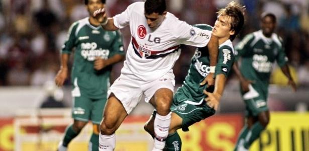 Rafael Tolói do Goiás toma cotovelada de Washington