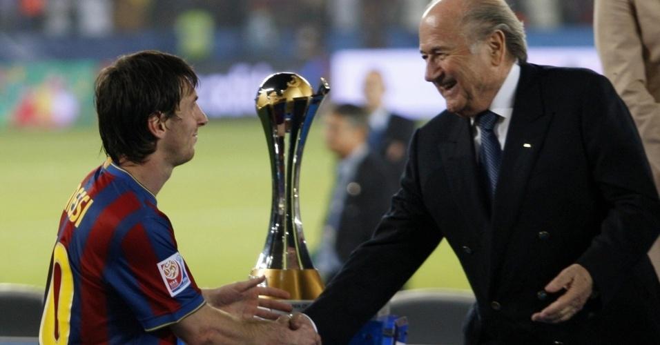 Lionel Messi recebe a Bola de Ouro do Mundial de Clubes das mãos de Joseph Blatter, presidente da Fifa