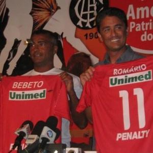 Bebeto (à direita), novo técnico do América, ao lado do amigo Romário durante sua apresentação