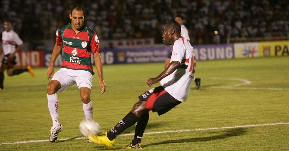 Bruno Rodrigo disputa jogada com Hugo