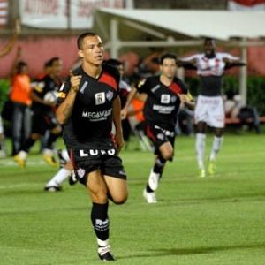 O atacante Leandrão comemora gol marcado pelo Vitória em cima do Náutico