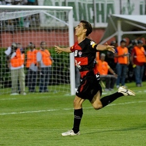 O atacante Neto Berola comemora gol marcado pelo Vitória sobre o Palmeiras
