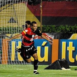 O atacante Roger comemora gol marcado pelo Vitória