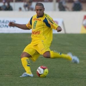 O lateral-esquerdo Roberto Carlos arrisca chute em partida pela seleção de 2002 contra a de 1994