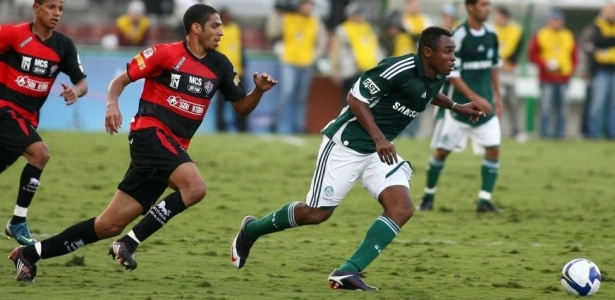 O zagueiro Wallace do Vitória persegue Obina do Palmeiras
