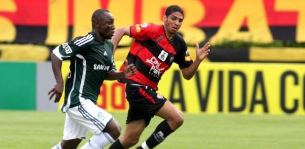 Wallace, zagueiro do Vitória, persegue Armero do Palmeiras