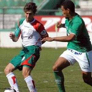 Fellype Gabriel da Portuguesa é pressionado por zagueiro do Guarani