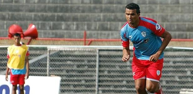 O atacante Zé Carlos durante treino da Portuguesa