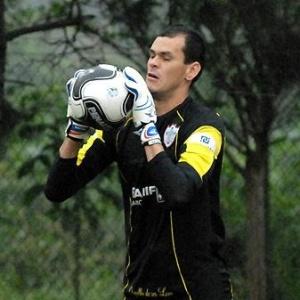 O goleiro Fábio defende chute durante treino da Portuguesa