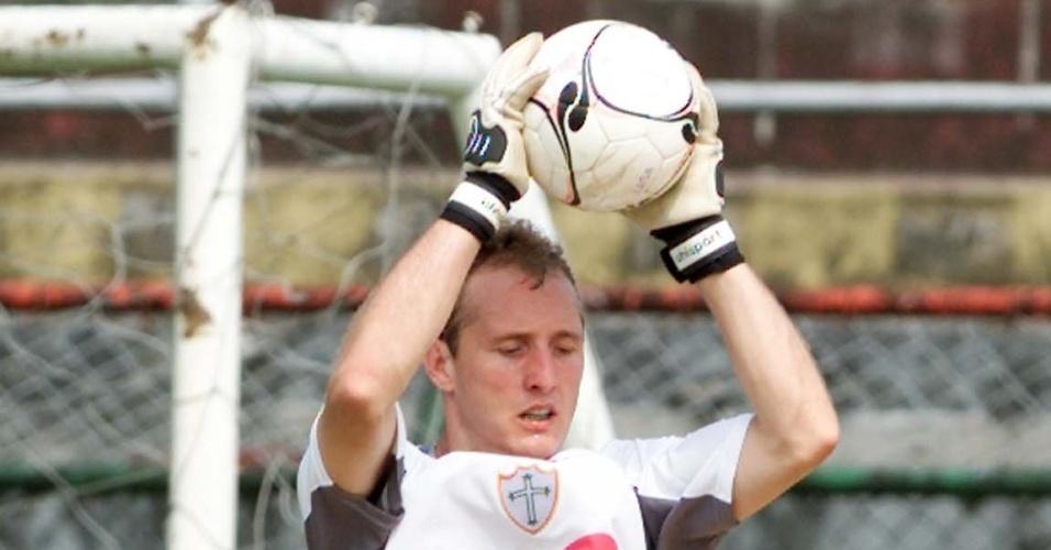 O goleiro Gléguer defende bola em treinamento