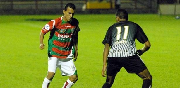 O lateral Simão da Portuguesa encara marcação do Bragantino
