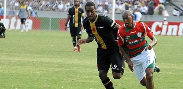 O meia Fabrício da Portuguesa disputa lance com jogador do Vasco