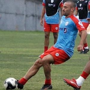 O zagueiro Bruno Rodrigo, contratado pelo Santos, em treino da Portuguesa