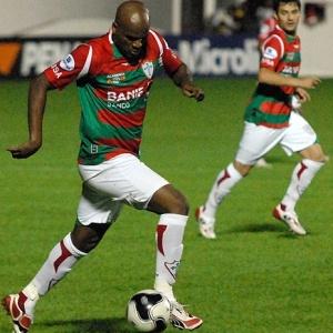 O zagueiro Domingos conduz a bola durante partida da Portuguesa