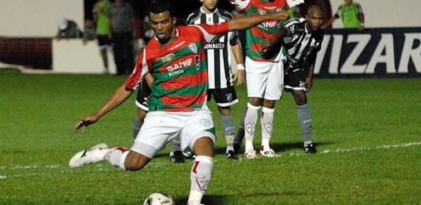Zé Carlos da Portuguesa bate pênalti contra o Ceará