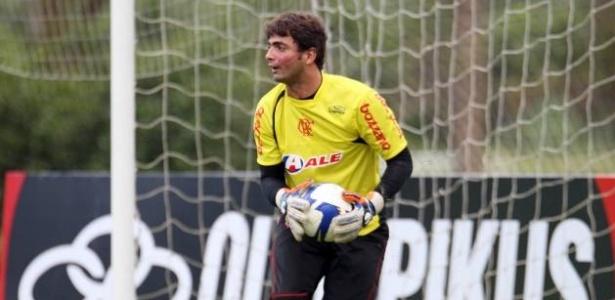 Goleiro Diego em ação durante treinamento do Flamengo: críticas severas da torcida