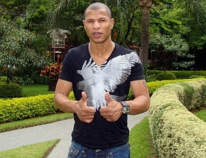 Zagueiro André Luís será apresentado como jogador do Fluminense somente nesta terça-feira