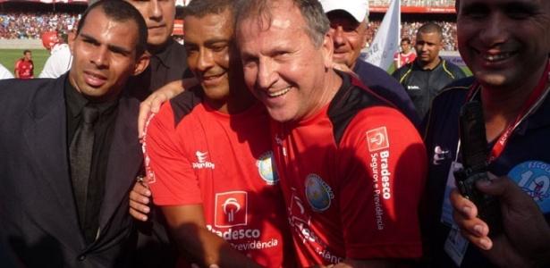 Romário e Zico se abraçam antes de jogo festivo no Maracanã
