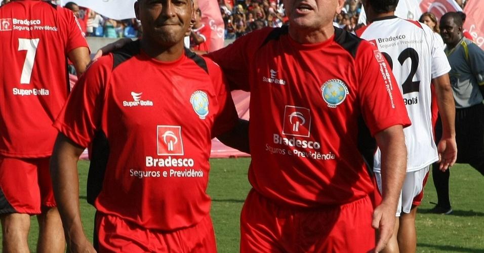 Romário e Zico se abraçam antes de jogo festivo no Rio de Janeiro
