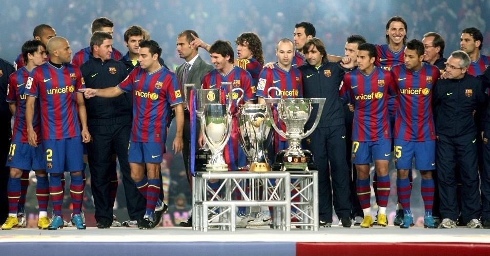 Jogadores do Barcelona posam com as seis taças conquistadas no ano antes do jogo com Villarreal