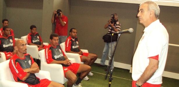 Jorge Fossati conversa com jogadores do Inter na reapresentação