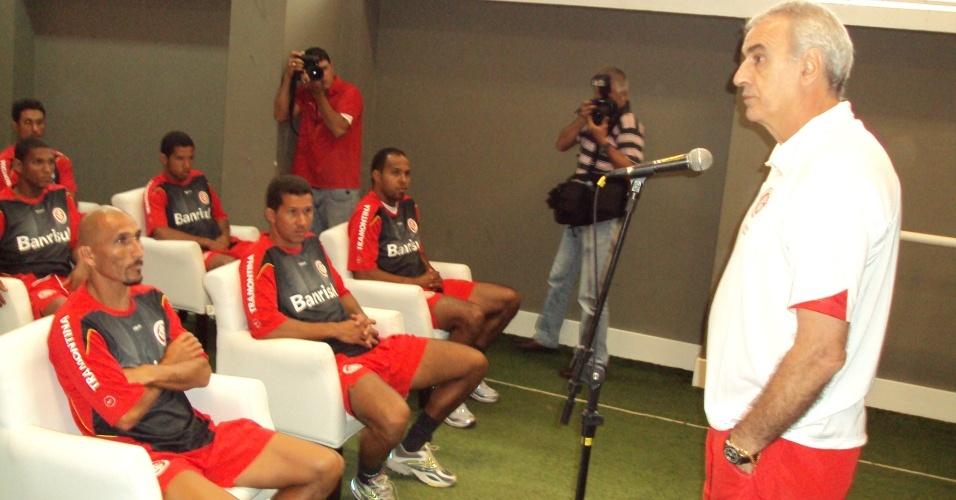 O técnico Jorge Fossati conversa com os jogadores do Internacional