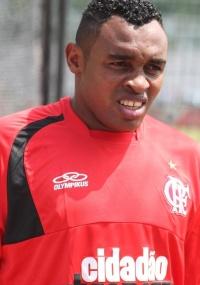 Obina (foto) foi dispensado do treino; Denis Marques apareceu