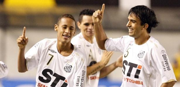 Roberto Brum com Neymar nos tempos de Santos; jogador virou pastor no Rio - Folha Imagem