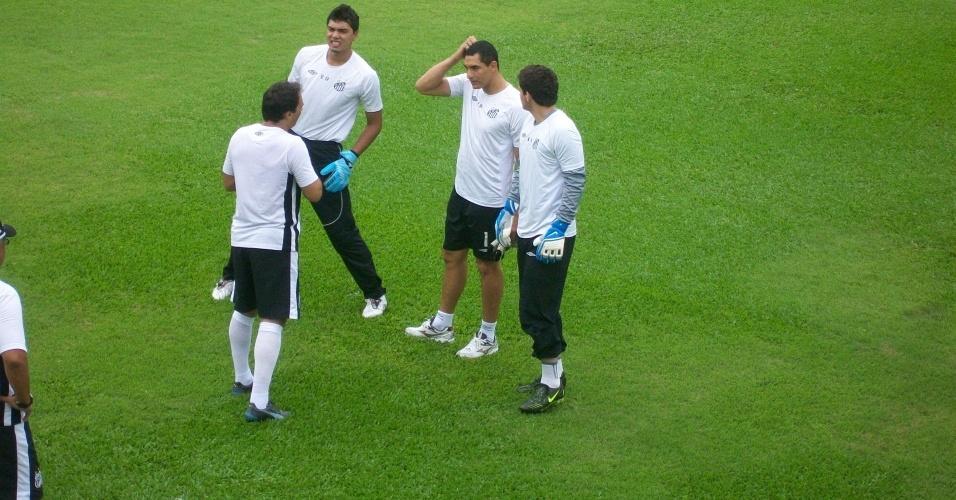 Fábio Costa volta a treinar no gramado do Santos