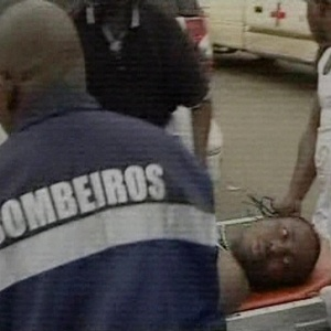 Membro da delegação de Togo é atendido por bombeiros de Angola após o atentado