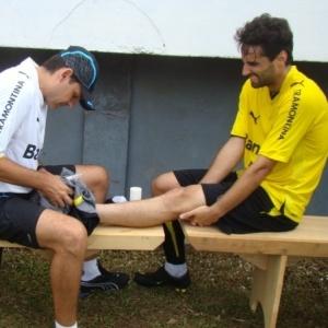 Fisioterapeuta trata o tornozelo direito de Jonas