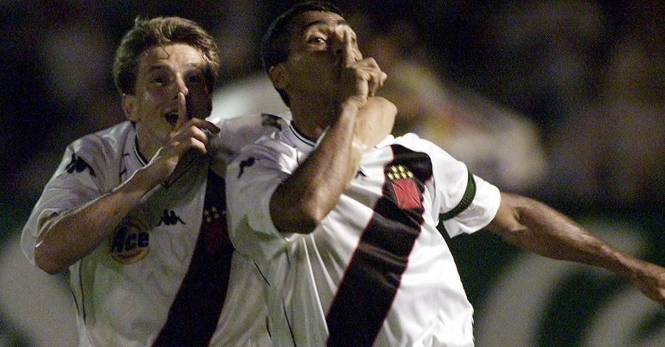 Juninho Paulista e Romário comemoram título do Vasco na Mercosul de 2000