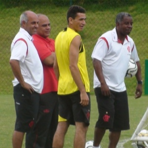 Angelim conversa com Andrade e membros da comissão técnica antes de correr no campo