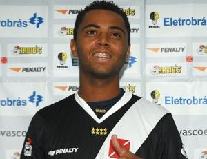 Após uma longa novela, volante Rafael Carioca, enfim, foi apresentado como reforço do Vasco