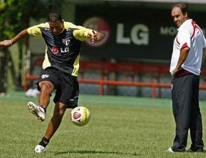 Ricardo Gomes observa Washington finalizar durante treino técnico realizado neste segunda