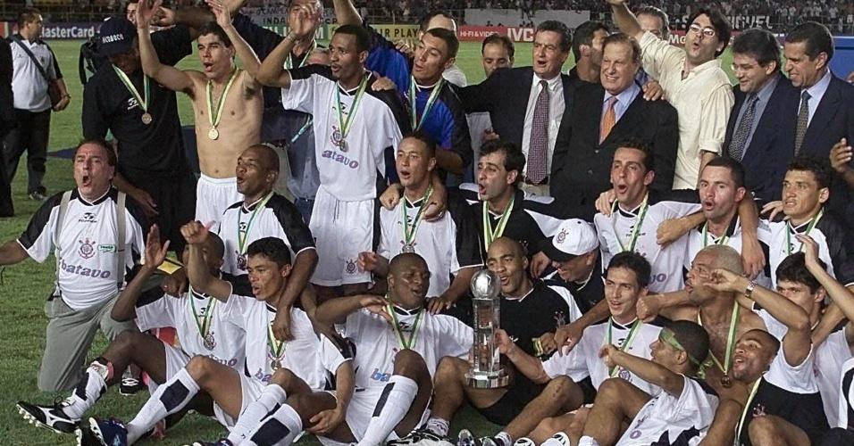 Elenco do Corinthians celebra conquista do Mundial