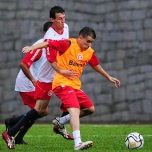 D'Alessandro e Danilo disputam bola em coletivo do Inter em Bento Gonçalves